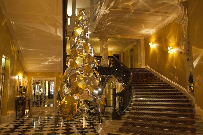 Claridge's Burberry Tree: gold ambient lighting - Luxxu Blog  Claridge's Burberry Tree: design trends at Christmas 2015 AN85460006Gold umbrellas ar