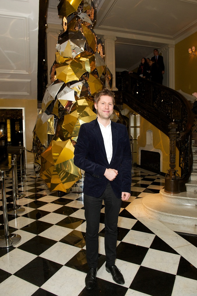 Christopher Bailey was the creator of Claridge's Christmas Tree 2015 - Luxxu Blog  Claridge's Burberry Tree: design trends at Christmas 2015 autor