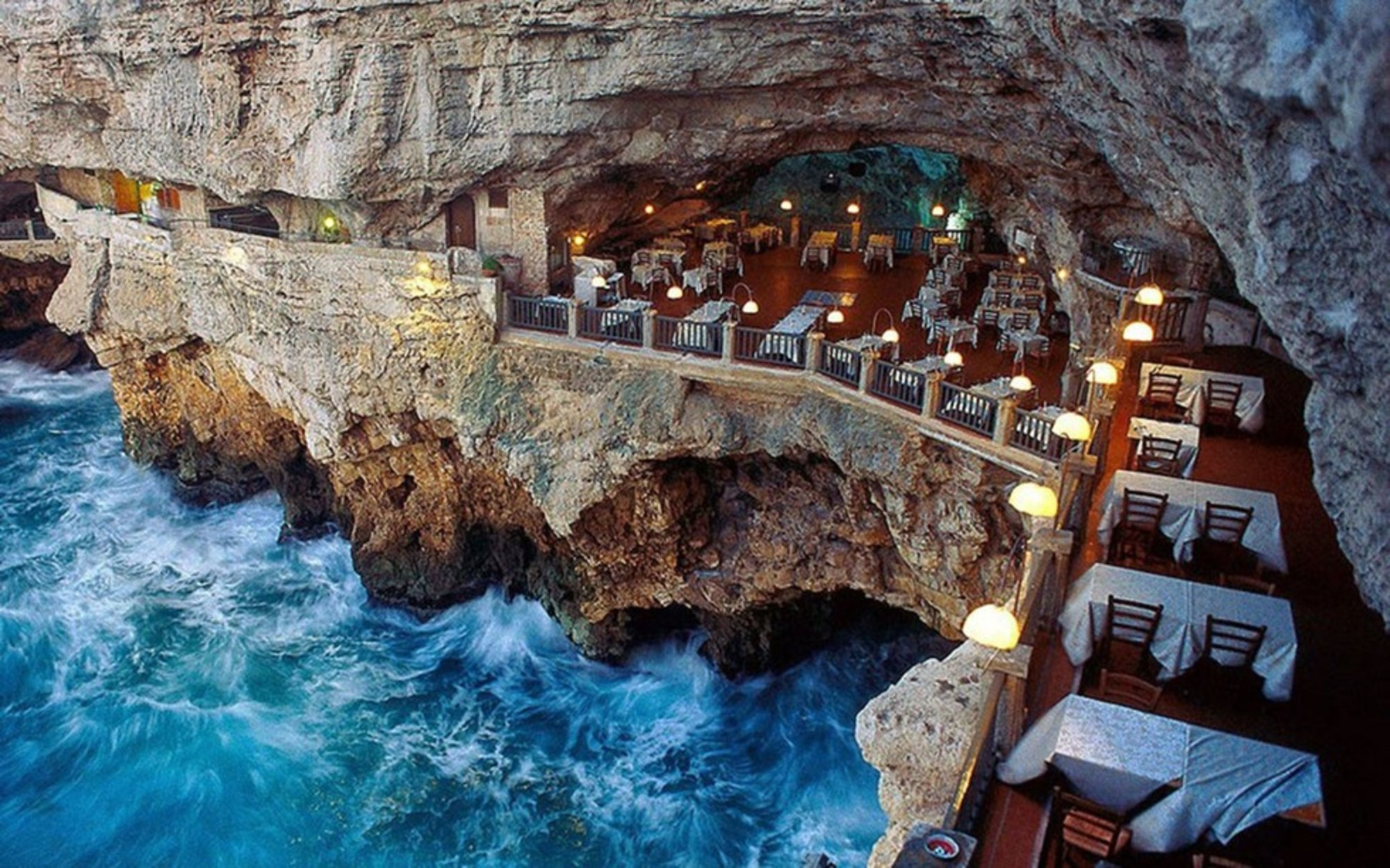 Luxury restaurants: an unforgettable experience inside a cave
