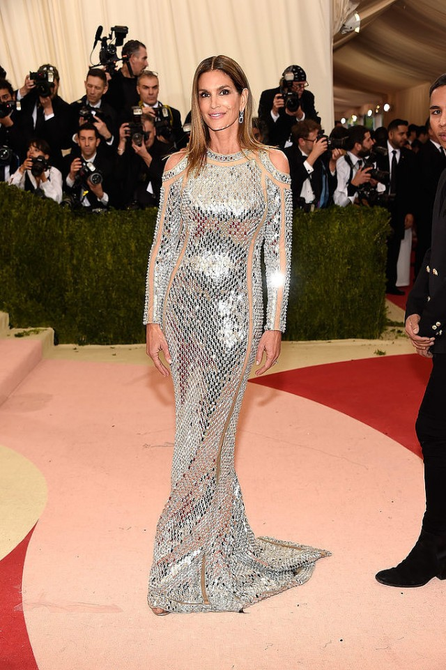 met gala cindy crawford met gala Top 5 looks from the Met Gala's 2016 Red Carpet met gala cindy crawford e1462357887929