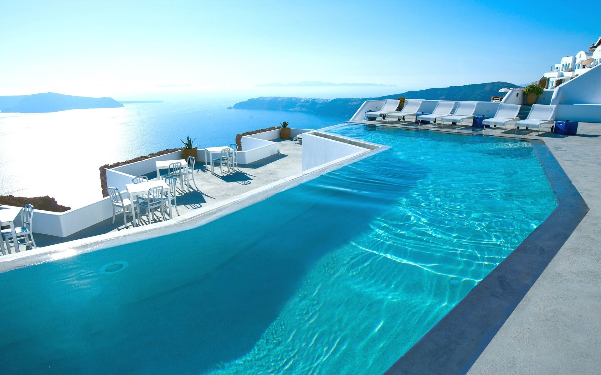 Luxurious Swimming Pools to enjoy Summer Santorini swimming pools 5 Swimming Pools to enjoy your Summer Luxurious Swimming Pools to enjoy Summer Santorini