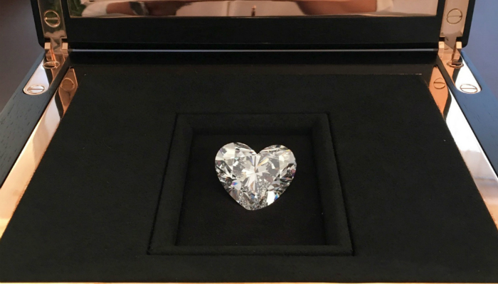 Unveiled the largest flawless heart-shaped Diamond in the world (2) graff Graff unveils the largest flawless heart-shaped diamond in the world Unveiled the largest flawless heart shaped Diamond in the world 2