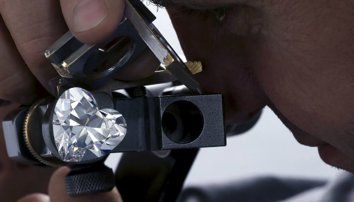Unveiled the largest flawless heart-shaped Diamond in the world - gems graff Graff unveils the largest flawless heart-shaped diamond in the world Unveiled the largest flawless heart shaped Diamond in the world gems