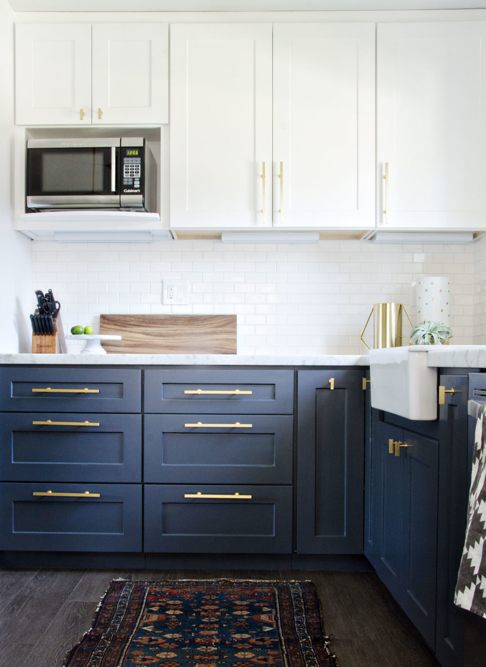6 ways to use the trendy navy blue and gold color scheme for Navy blue kitchen cabinets