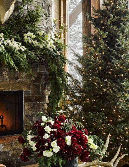 ken fulk Ken Fulk designs Cozy Montana Guesthouse The Ultimate Winter Getaway hd aspect 1479404491 montana christmas home living room 410x532