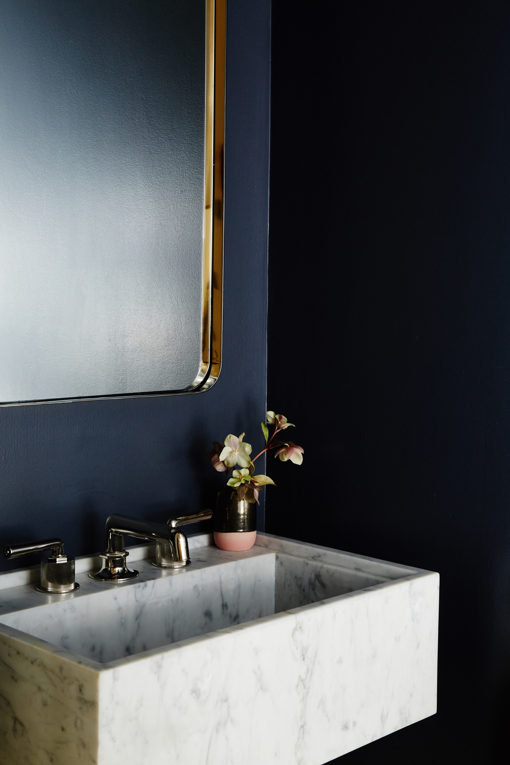 6 Ways to Use the Trendy Navy Blue and Gold Color Scheme 07 navy blue The Trendy Navy Blue and Gold Color Scheme – 6 ways to use it 6 Ways to Use the Trendy Navy Blue and Gold Color Scheme 07