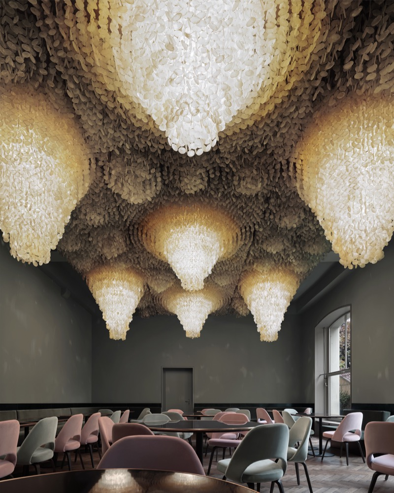 dramatic chandeliers Dramatic Chandeliers in Restaurants Across the World Dramatic Chandeliers in Restaurants Across the World 1