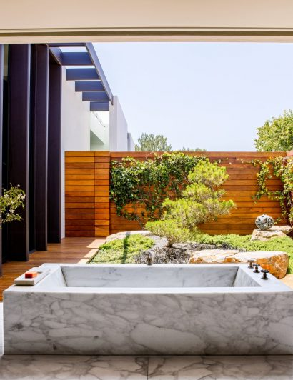 Celebrity Bathrooms You Need To See celebrity bathrooms 5 Celebrity Bathrooms You Need To See celebrity homes 410x532