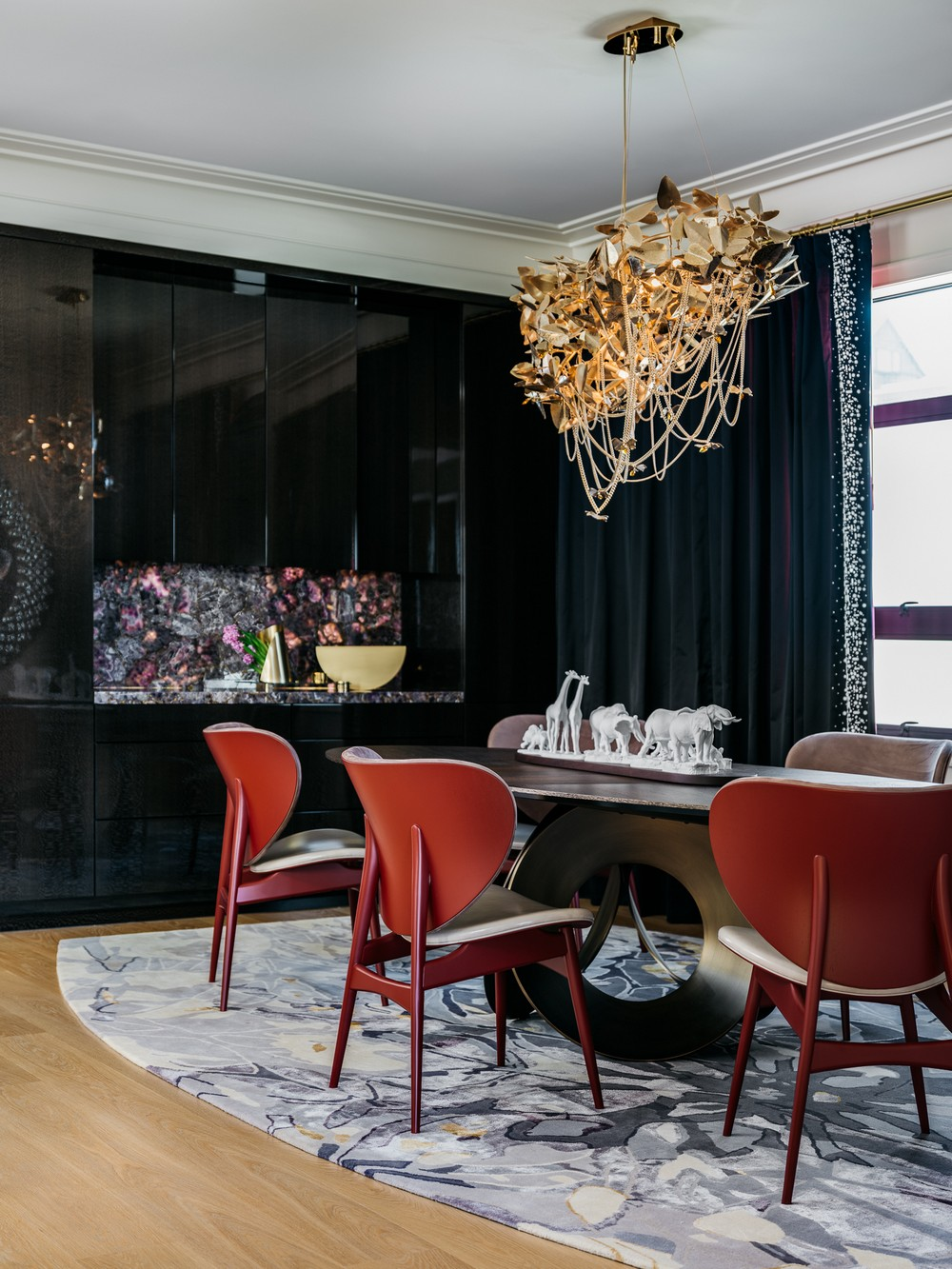 13 Dazzling Interior Designs that Highlight Statement Chandeliers 1