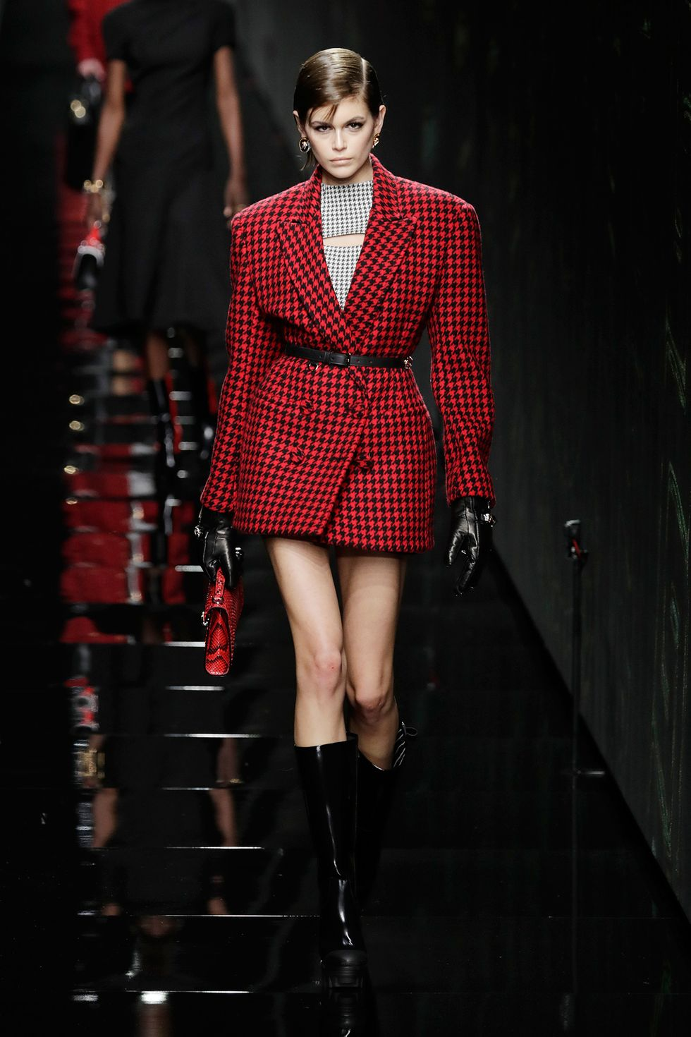 The Best Looks of Milan Fashion Week 2020 milan fashion week 2020 The Best Looks of Milan Fashion Week 2020 versace fall 2020 runway kaia gerber houndstooth jacket 1582320911