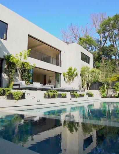 Celebrity Pools We Would Spend Summer In celebrity pool Celebrity Pools We Would Spend Summer In Kylie Jenner si a cumparat o vila de peste 13 milioane de dolari 2 410x532
